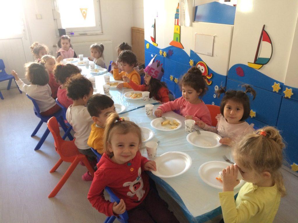 okulda yaş günü kutlaması